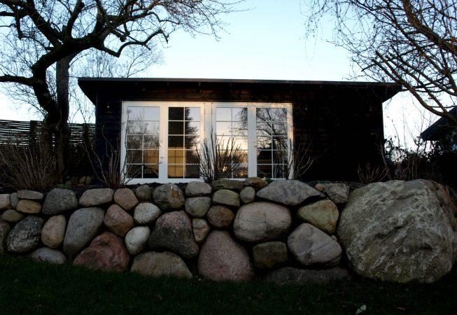 Træhus med hvide vinduer